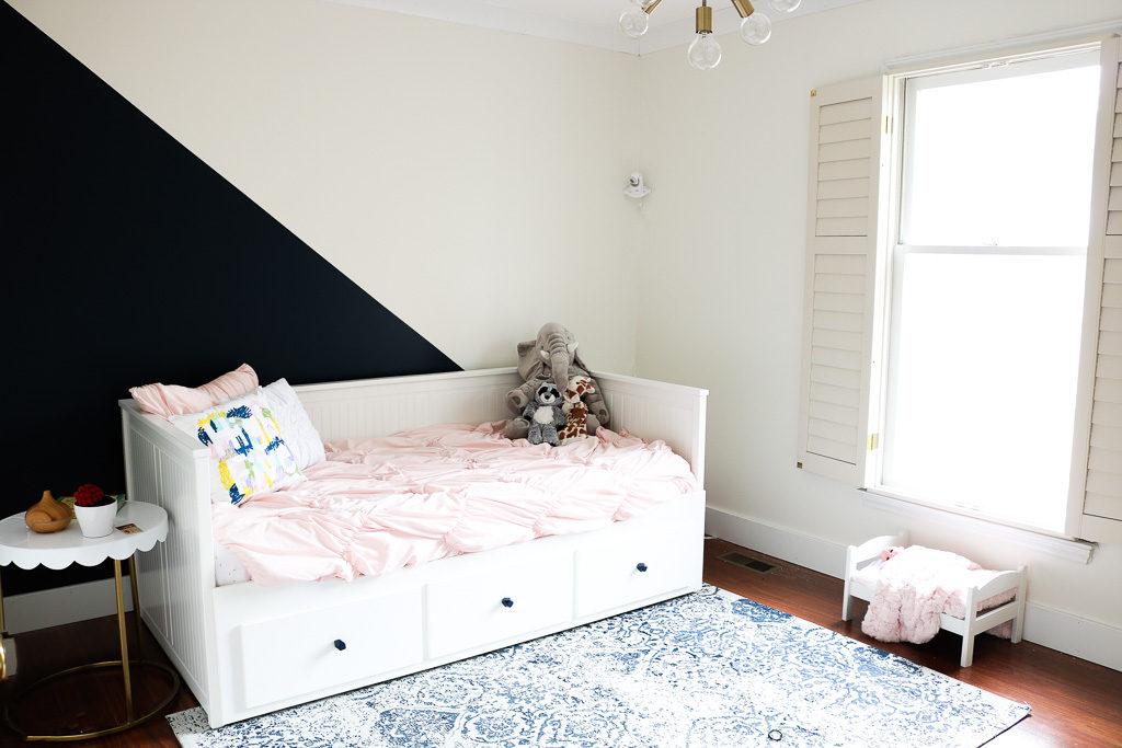 Mur diagonal bleu marine et blanc avec méridienne IKEA Hemnes