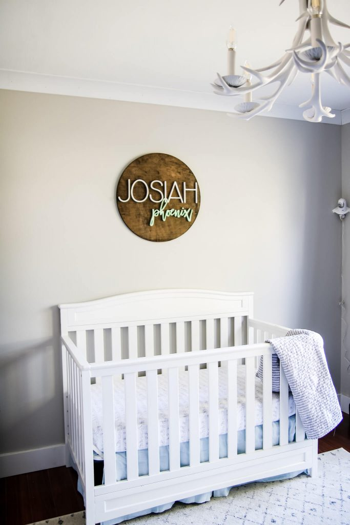 chambre d'enfant de genre neutre pour garçon avec des murs gris agréables de sherwin williams