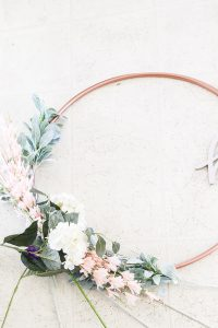 DIY your own spring hoop wreath from a $1 hula hoop! #springdecor #springwreath #DIYhoopwreath