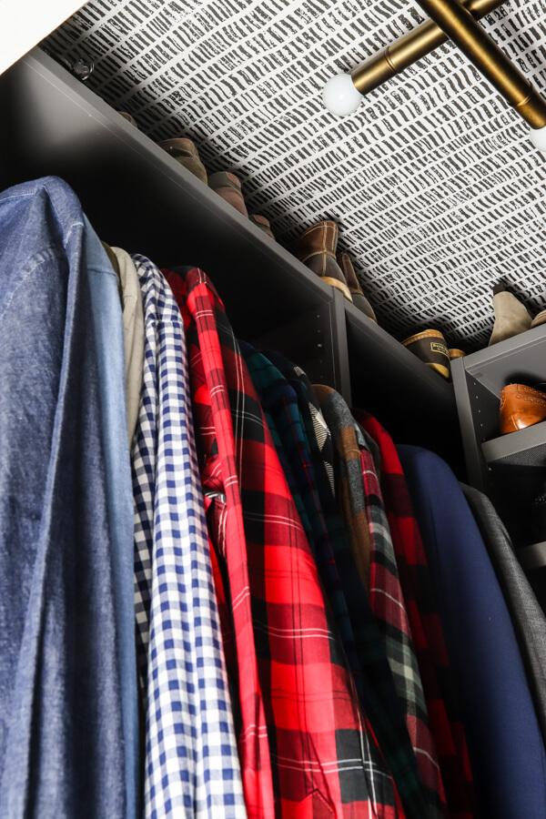 chemises pour hommes suspendues en étagère de placard Ikea AURDAL gris