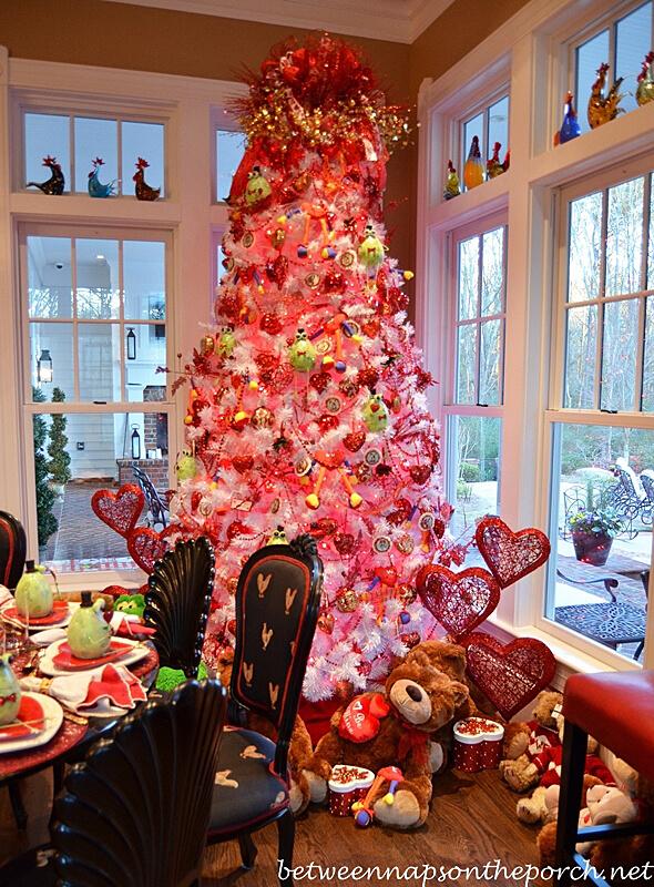 Grand sapin de Noël rose décoré du décor de la Saint-Valentin