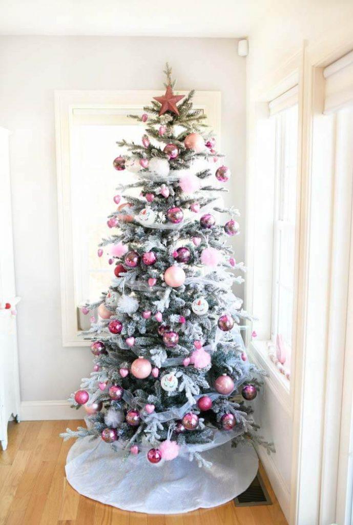 arbre de Noël floqué décoré d'ornements roses et de tulle pour la Saint-Valentin