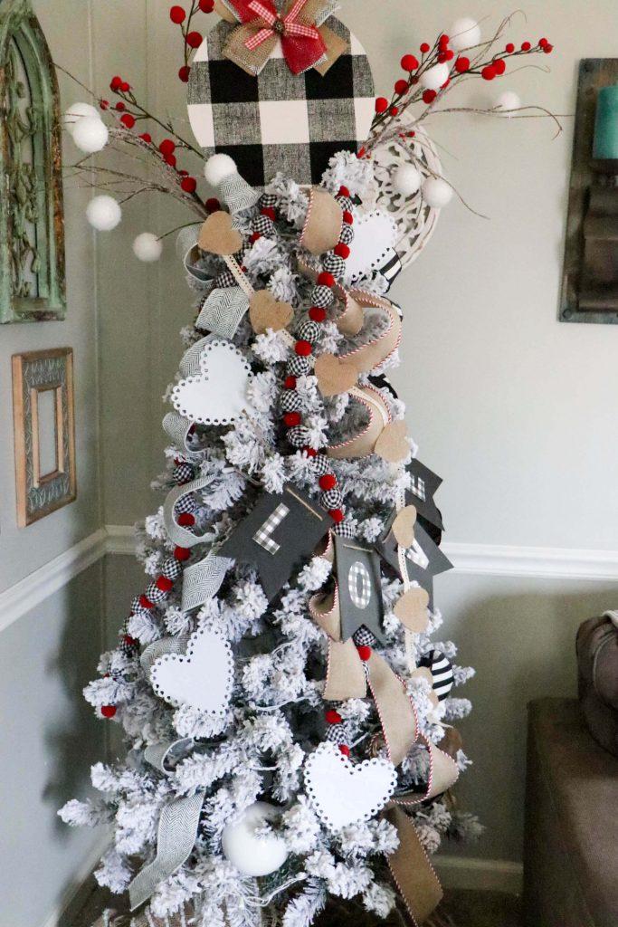 Sapin de Noël décoré de carreaux de buffle noir et blanc et de toile de jute Décor de Saint-Valentin
