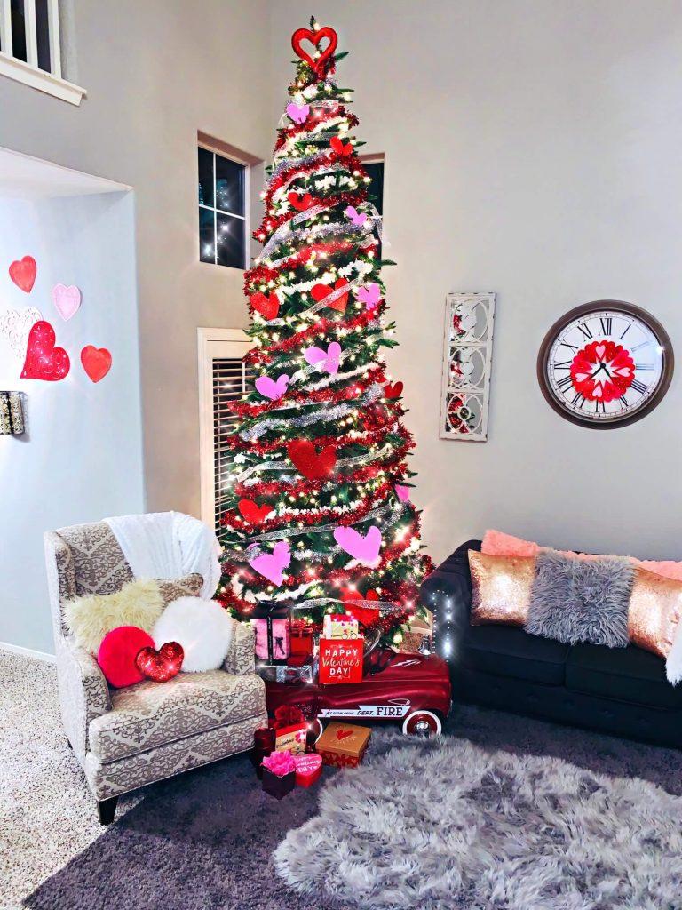 grand sapin de Noël vert maigre décoré pour la Saint-Valentin